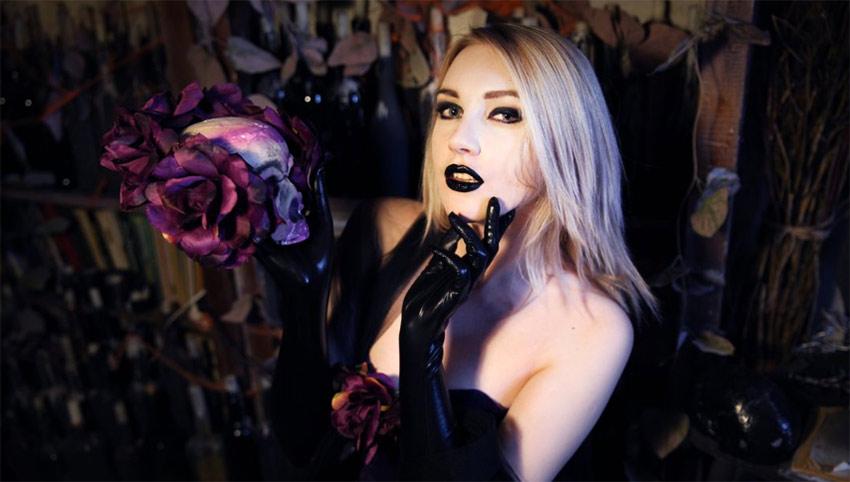 Blonde goddess live