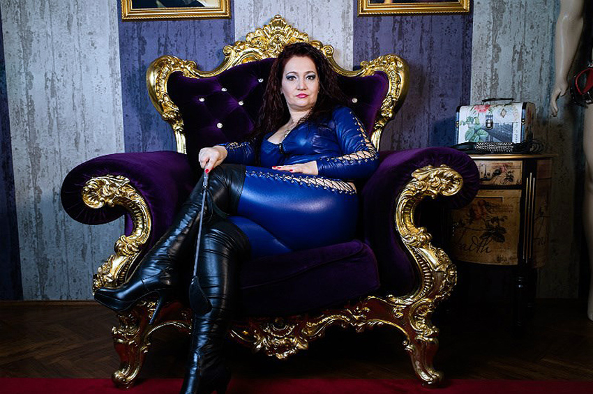 Mature strapon dominatrix